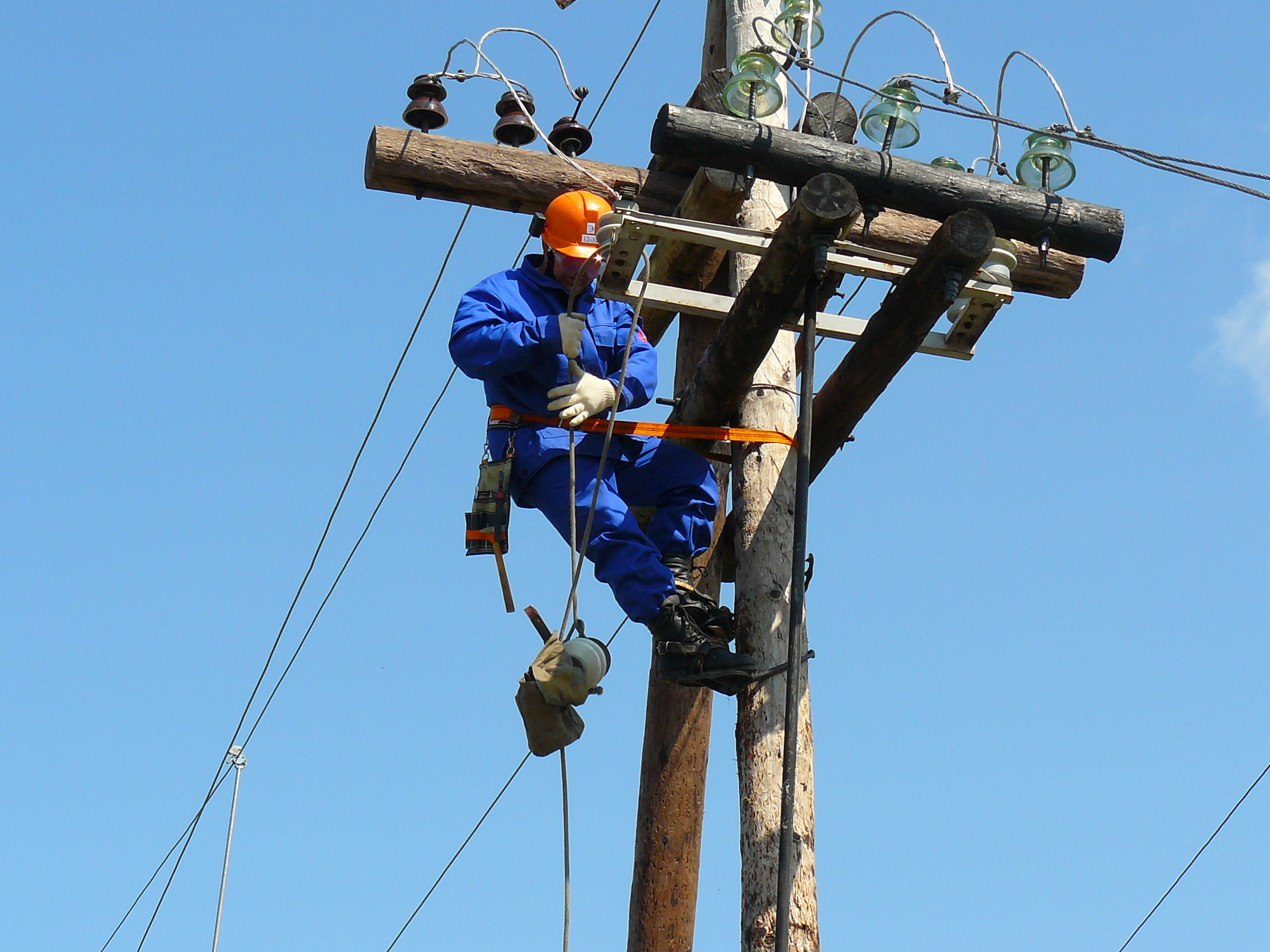 """КП """"Міськсвітло"""" запрошує на роботу електромонтерів, обіцяють від семи тисяч зарплати"""